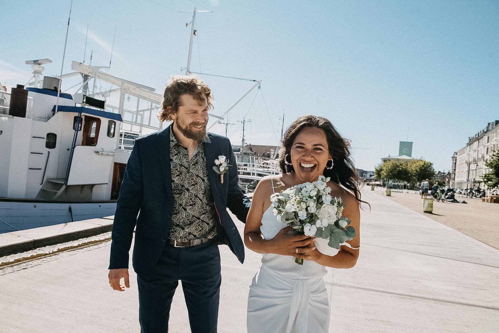 Vad handlar det egentligen om? Att fotografera bröllop? Är det klänningen du vill minnas? Skorna eller kanske buketten? Ja, visst - varför inte. Dock så misstänker jag att, när du anlitar en bröllopsfotograf för att fånga ert bröllop, så är det ögonblicken som du vill minnas. Känslan.